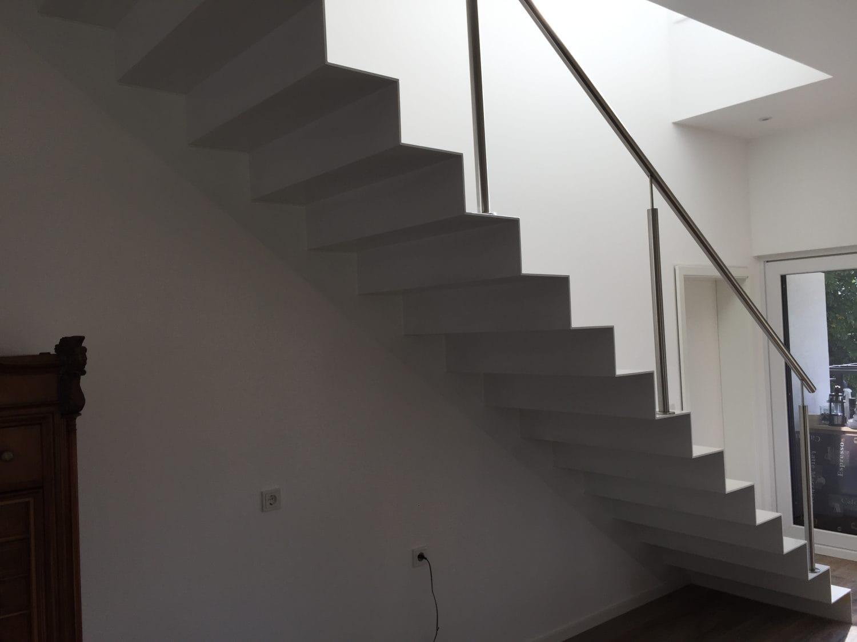 Innentreppe mit weißem Glanzlack lackiert